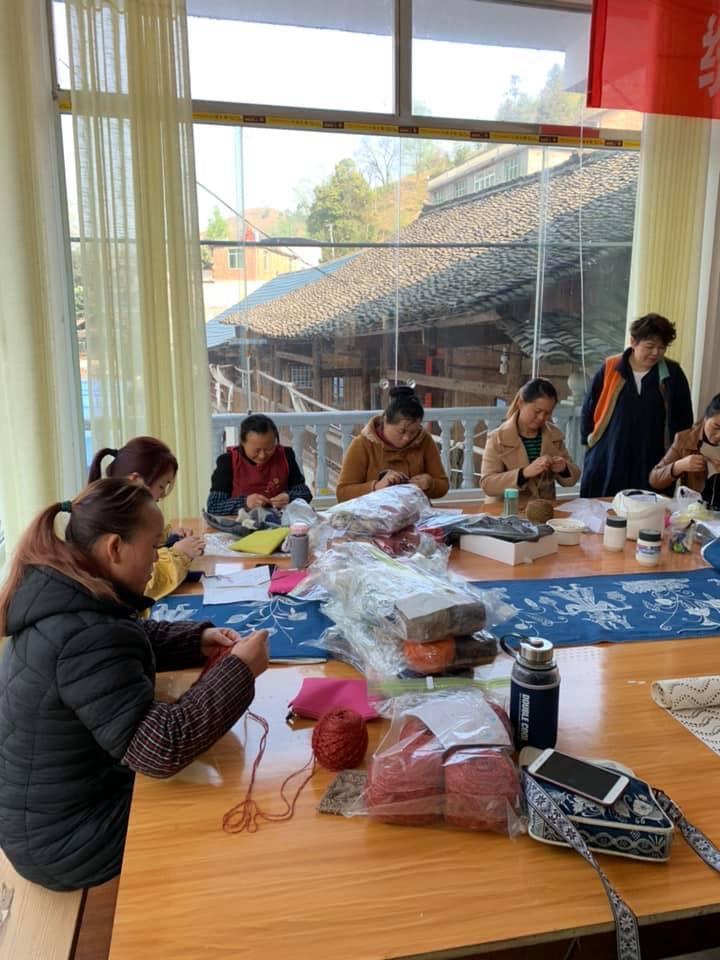 中国貴州省三都という少数民族自治区。中野とし子先生のニット講座の風景