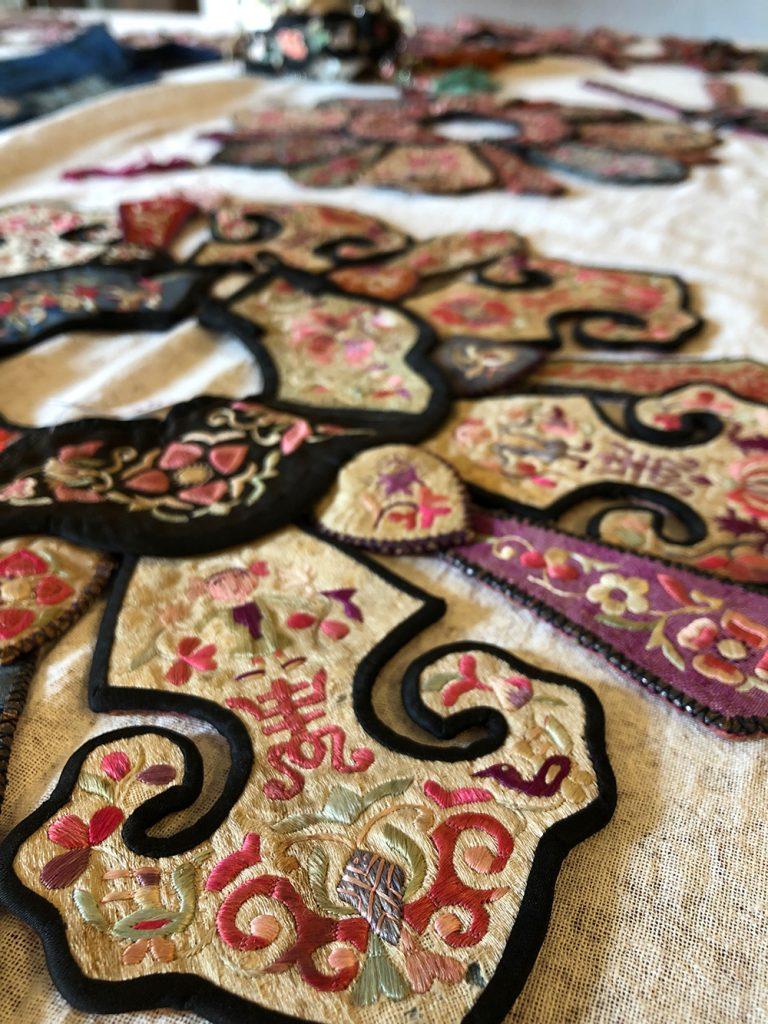 きびる旅|トトロの森を越えて、白族(ぺー族)の古い吉祥刺繍文様展へ。フォトレポート