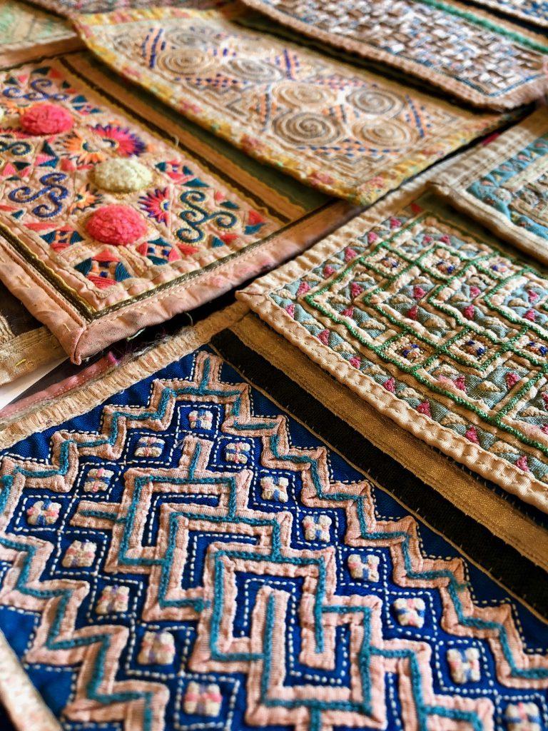 きびる旅|モン族の襟飾り刺繍展へ。女たちのセンスと技術が魅せる芸術的刺繍、圧巻の1000枚!